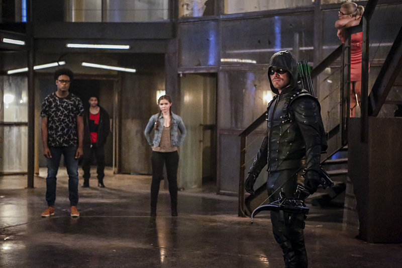 Oliver breaks in his new team in promotional stills from arrow season