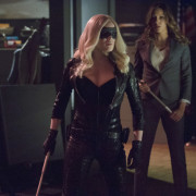 """Arrow: 22 Official Images From """"Birds Of Prey"""""""